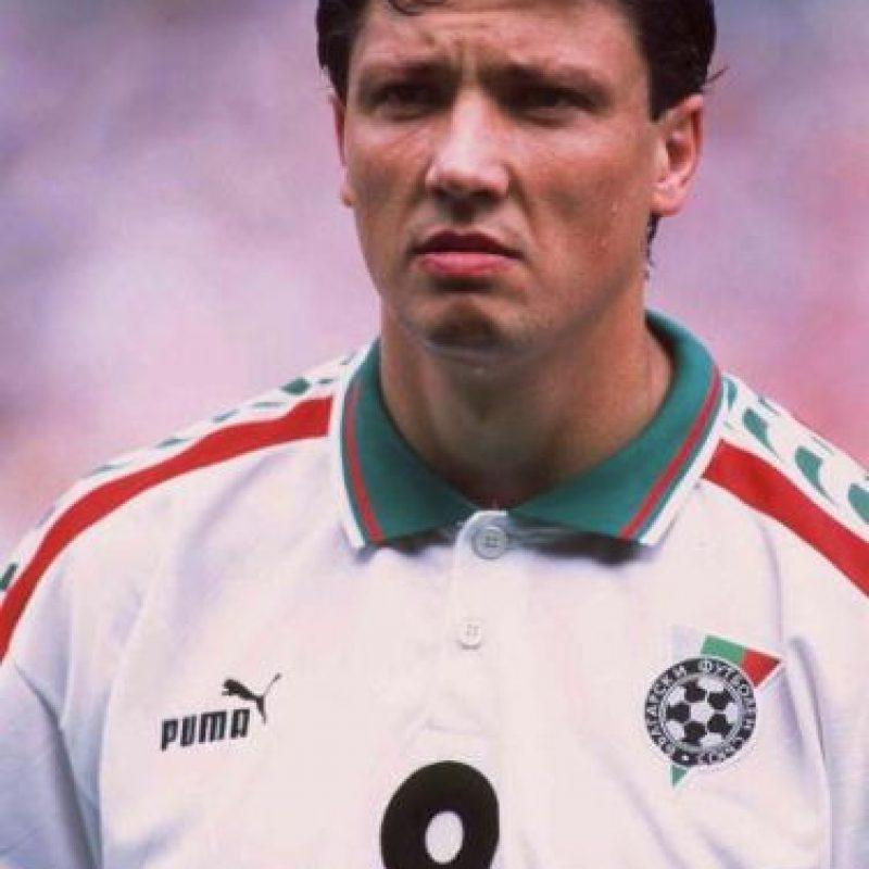 En 1994, el futbolista búlgaro tuvo que dejar el fútbol por cáncer en los testículos. Defendía la camiseta del Valencia y se perdió el Mundial de Estados Unidos 1994. Fue un año duró de lucha en que el delantero salió vencedor. En 1995 regresó a las canchas y fichó por el Atlético de Madrid. FOTO: Getty Images