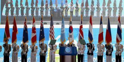 La guardia de honor de Corea del Sur sostiene las banderas de la nación combatiente en la Guerra de Corea durante la conmemoración del 60 aniversario de la guerra en el monumento a los caídos en Seúl. EFE