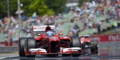 El piloto español de Fórmula Uno Fernando Alonso, de la escudería Ferrari, hoy durante la sesión de entrenamientos en el circuito de Mogyorod, Budapest. EFE