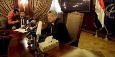 El ministro de Interior egipcio, Mohamed Ibrahim (d), hoy durante una conferencia de prensa. EFE