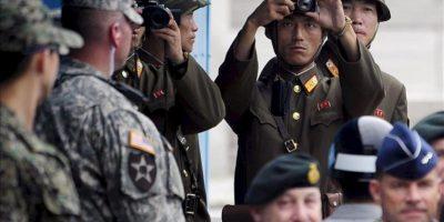 Soldados norcoreanos apuntan con una cámara en dirección a la zona de demarcación de la frontera con Corea del Sur, en Panmunjom, Corea del Sur, hoy. EFE