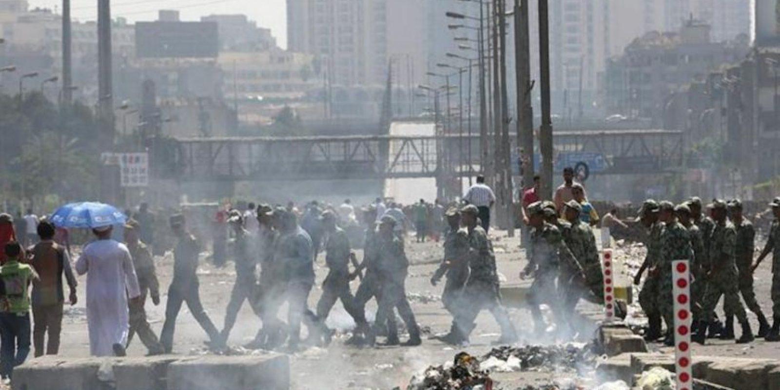 Soldados egipcios cruzan la calle durante los enfrentamientos entre las fuerzas policiales y defensores del presidente egipcio, Mohamed Mursi, hoy en El Cairo. EFE