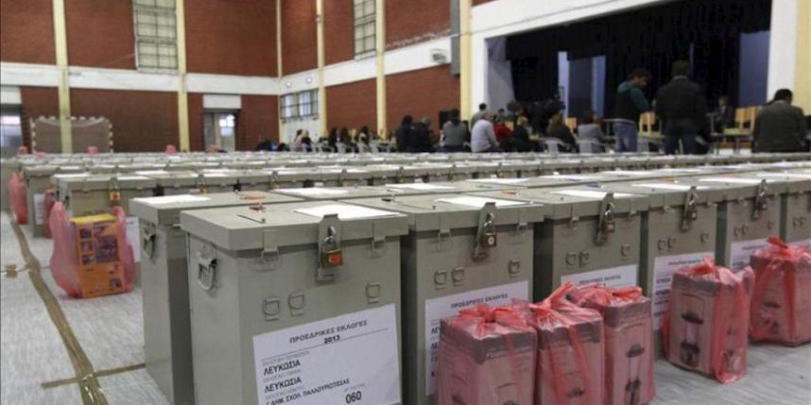 Varias urnas electorales depositadas en un pabellón deportivo en Nicosia (Chipre). EFE/Archivo