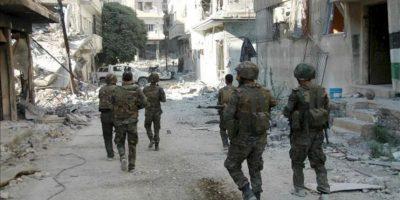 Soldados sirios patrullan en los alrededores de al-Khalidyya, en Homs. EFE