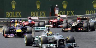 El piloto británico de Fórmula Uno Lewis Hamilton lidera la carrera en el circuito de Mogyorod, Hungría, hoy. EFE