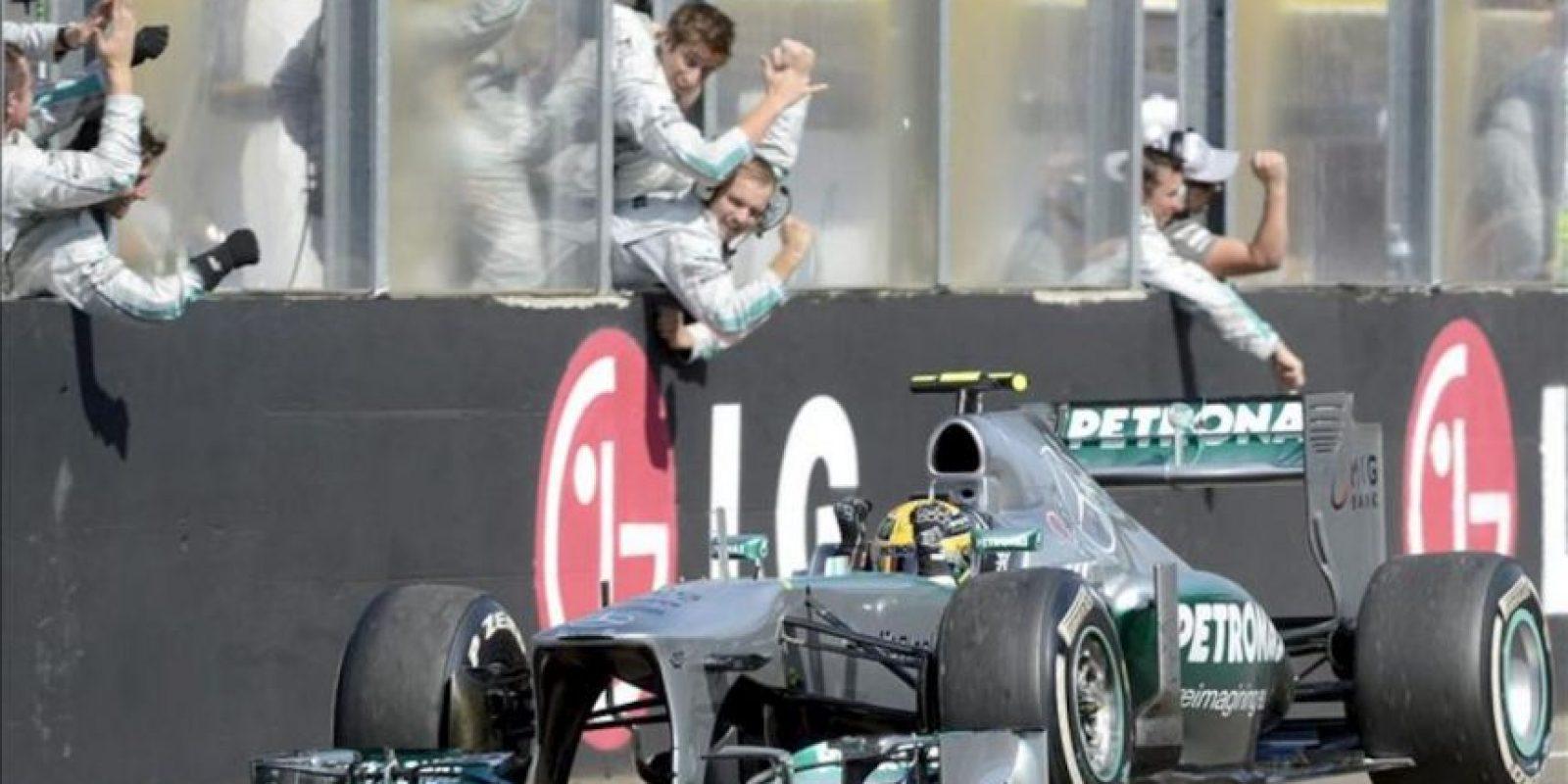 El pilto británico de Fórmula Uno Lewis Hamilton, de McLaren Mercedes, muestra su alegría tras vencer en el Gran Premio de Hungría, hoy en el circuito de Mogyorod. EFE