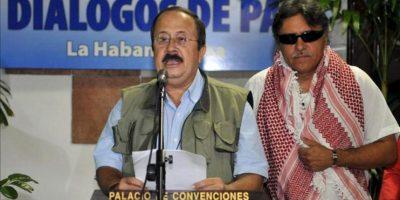 Andrés Paris (i), integrante del grupo negociador de las FARC, acompañado del comandante Seuxis Paucias Hernández Solarte, alias Jesús Santrich (c), lee un comunicado hoy, domingo 28 de julio de 2013, en el Palacio de Convenciones de La Habana (Cuba). EFE
