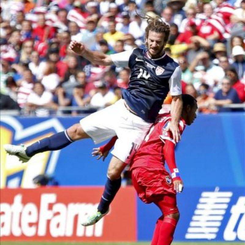 El jugador de la selección de Estados Unidos Kyle Beckerman (i) disputa un balón con el jugador de la selección de Panamá Marcos Sanchez (d), durante el partido por la final de la Copa Oro de la Concacaf disputado en el Soldier Field, de Chicago. EFE