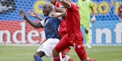 El jugador de la selección de Estados Unidos Eddie Johnson (i) disputa el balón con los jugadores de la selección de Panamá Blas Perez (d) y Anibal Godoy (c), durante el partido por la final de la Copa Oro de la Concacaf disputado en el Soldier Field, de Chicago. EFE
