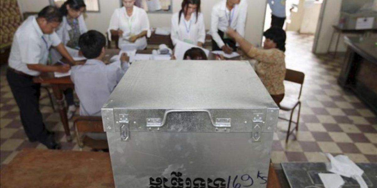 Observadores y oposición piden investigar las elecciones de Camboya
