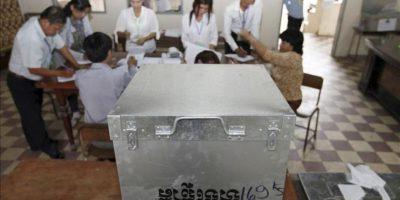 El Gobierno de Camboya confirmó esta madrugada su victoria en las elecciones generales, celebradas en la víspera, en las que cedió más de dos decenas de escaños ante el empuje de la oposición, mientras los observadores internacionales denuncian un elevado número de irregularidades. EFE