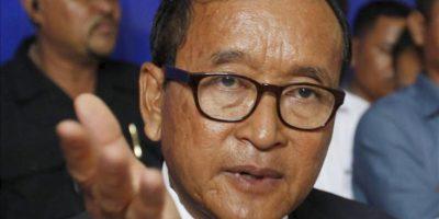 Sam Rainsy (i), el presidente del Partido Rescate Nacional, oposición en Camboya, habla durante una conferencia de prensa, hoy en Phnom Penh. EFE