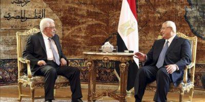 El presidente interino de Egipto, Adli Mansur (c-d) se reúne con el presidente palesino, Mahmud Abás (c-i) en El Cairo, Egipto, el 29 de julio de 2013. Fuentes oficiales de la Presidencia palestina, afirman que Abás tratará las relaciones Israel-Palestina. EFE