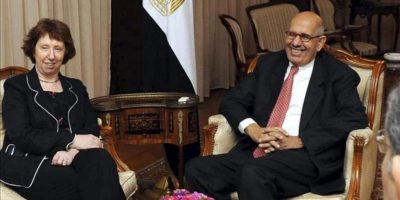 Fotografía cedida por la delegación de la Unión Europea en Egipto que muestra a la jefa de la diplomacia de la Unión Europea (UE), Catherine Ashton (i), durante su reunión con el vicepresidente para Relaciones Internacionales, Mohamed el Baradei, en El Cairo, Egipto, el 29 de julio de 2013. EFE