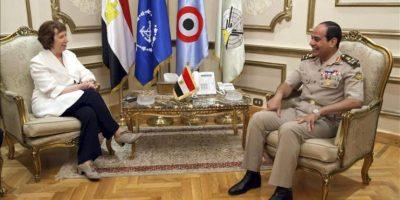 Fotografía cedida por la delegación de la Unión Europea en Egipto que muestra a la jefa de la diplomacia de la Unión Europea (UE), Catherine Ashton (i), durante su reunión con el ministro de Defensa y de las Fuerzas Armadas el general Abdel Fattah Al Sissi (d)en El Cairo, Egipto, el 29 de julio de 2013. EFE