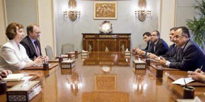Fotografía cedida por la delegación de la Unión Europea en Egipto que muestra a la jefa de la diplomacia de la Unión Europea (UE), Catherine Ashton (i), durante su reunión con varias autoridades egipcias, en El Cairo, Egipto, el 29 de julio de 2013. EFE