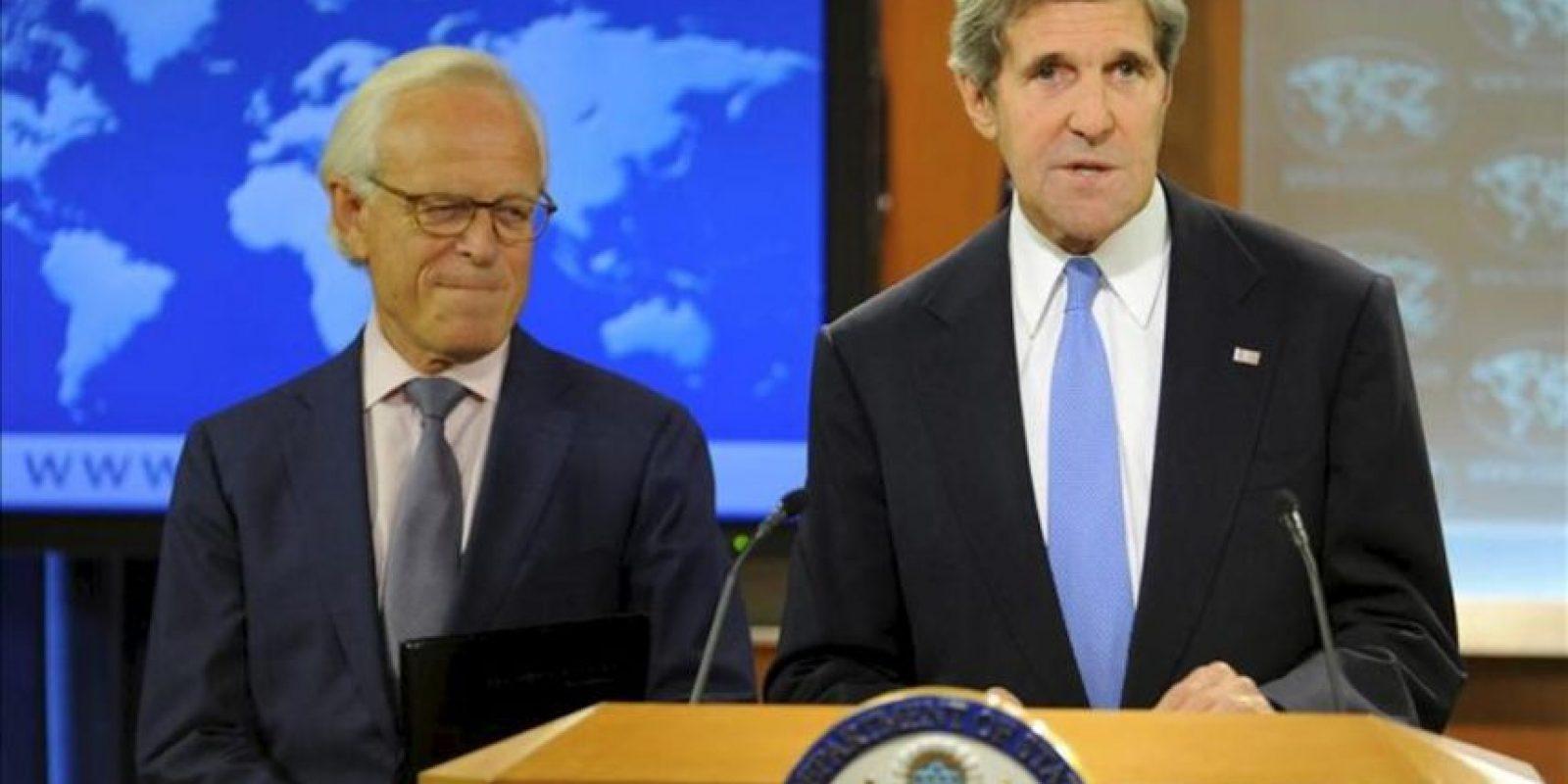 El secretario de Estado de EE.UU., John Kerry (d), fue registrado en Washington DC al anunciar la reanudación de las negociaciones de paz entre Israel y Palestina, que serán encabezadas por el exembajador estadounidense en Israel Martin Indyk (i), EE.UU. EFE