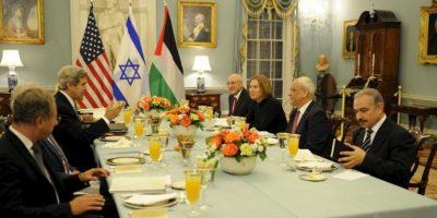 El secretario de Estado de EE.UU, John Kerry (i-atrás), le da la bienvenida el 29 de julio de 2013, en el Departamento de Estado en Washington, D.C. (EE.UU.), a las delegaciones de Israel y Palestina, los negociadores Yitzhak Molcho de Israel, la ministra de Justicia, Tzipi Livni; el jefe negociador de Palestina, Saeb Erekat y Mohammad Shtayyeh, previo a la inauguración de las conversaciones de paz, estancadas desde 2010. EFE