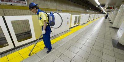 Un operario limpia el suelo del andén de una estación de metro en el centro de Tokio. EFE/Archivo