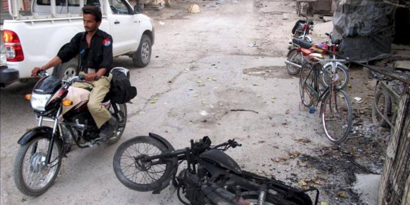 Un policía conduce una motocicleta en las inmediaciones de una cárcel atacada por militantes talibanes hoy, en Dera Ismail Khan (Pakistán). EFE
