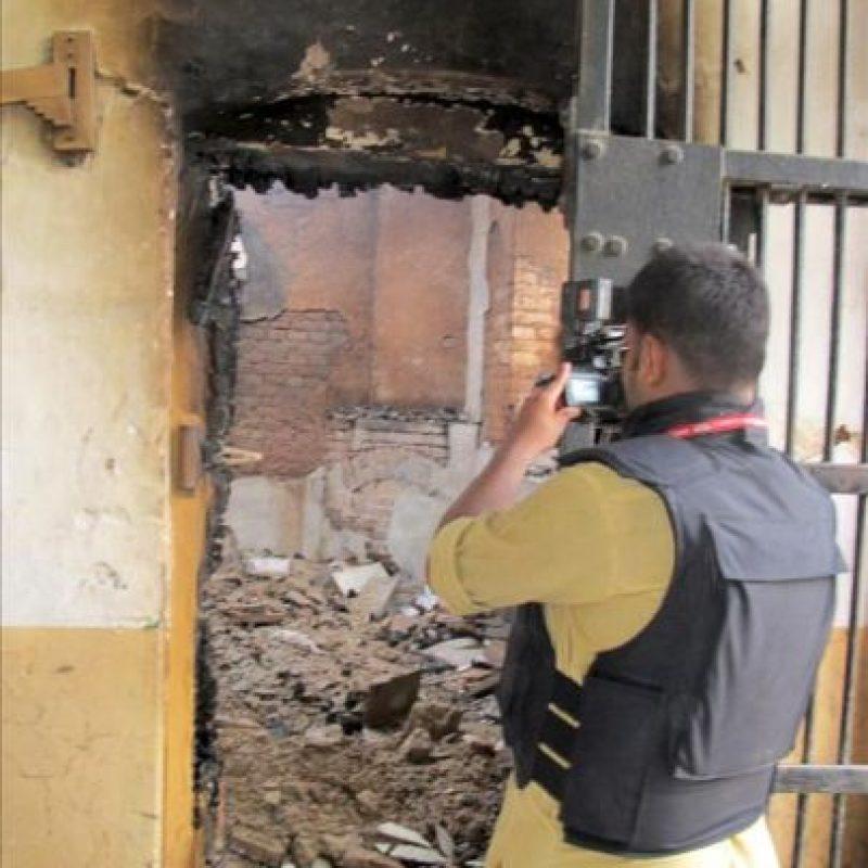 Un periodista toma imágenes en una cárcel atacada por militantes talibanes hoy, en Dera Ismail Khan (Pakistán). EFE