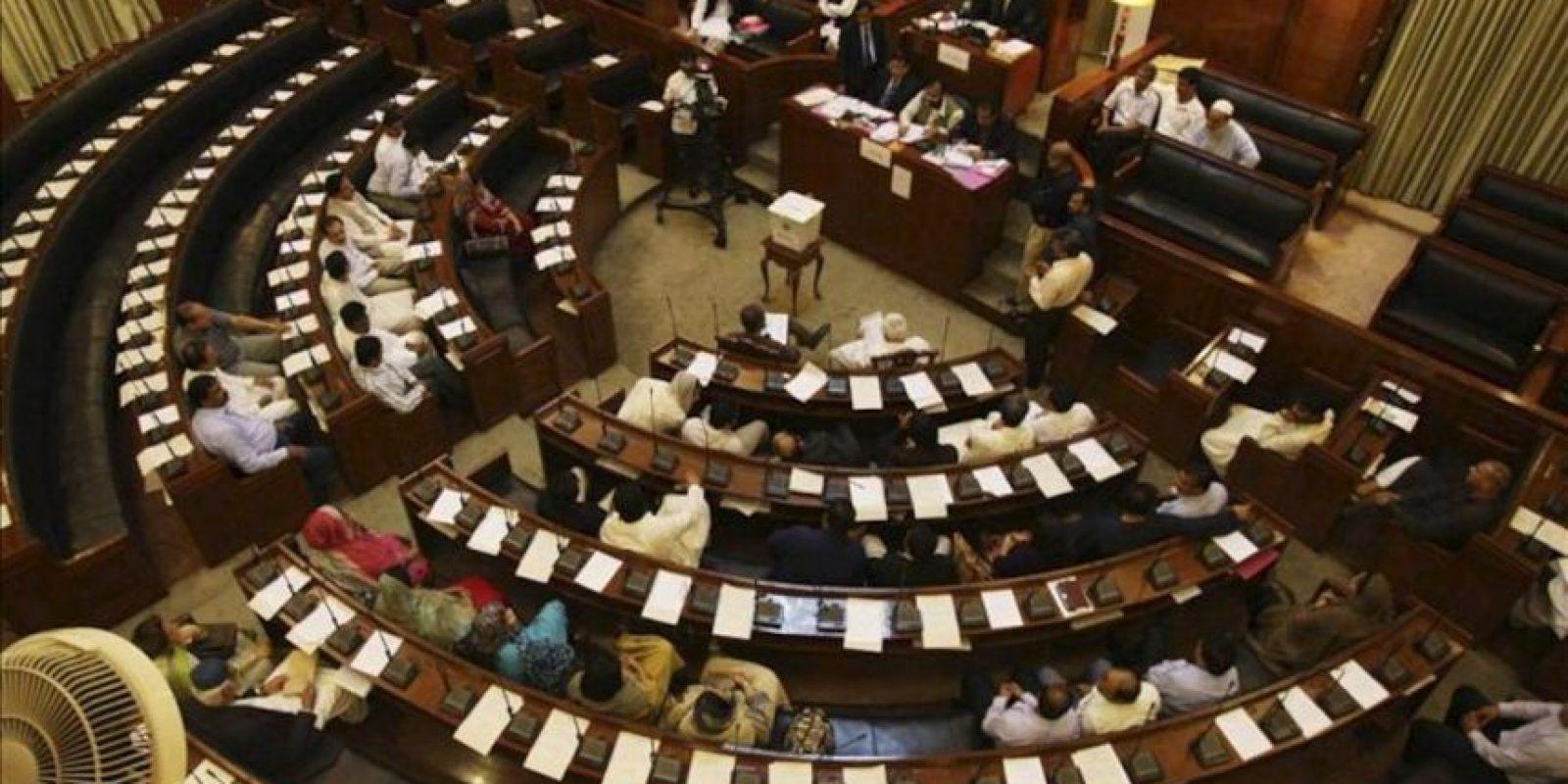 Miembros de la Asamblea Provincial de Sindh emiten sus votos para las elecciones presidenciales en Karachi (Pakistán). EFE