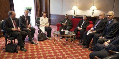 Fotografía facilitada por la Delegación de la Unión Europea (UE) en Egipto que muestra a la alta representante de la UE, Catherine Ashton (3ª izq), durante el encuentro mantenido ayer con representantes de la Alianza Nacional para la Defensa de la Legitimidad en El Cairo. EFE
