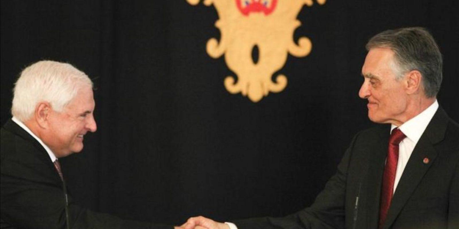 El presidente luso, Aníbal Cavaco Silva (dcha), estrecha la mano de su homólogo panameño, Ricardo Martinelli (izda), durante una rueda de prensa en el Palacio de Belem en Lisboa (Portugal). EFE