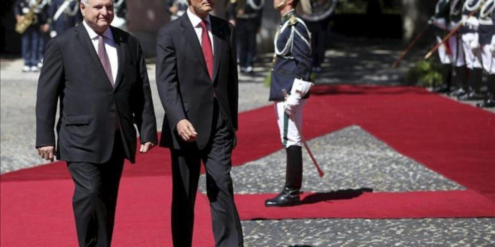 El presidente luso, Aníbal Cavaco Silva (dcha), recibe a su homólogo panameño, Ricardo Martinelli (izda), en el Palacio de Belem en Lisboa (Portugal). EFE