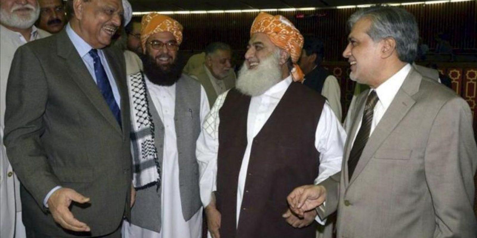 El presidente Manmún Husein (izda) conversa con el líder del partido Jamiat Ulema Islam, Maulana Fazalur Rehman (2ºdcha) en Islamabad (Pakistán). EFE