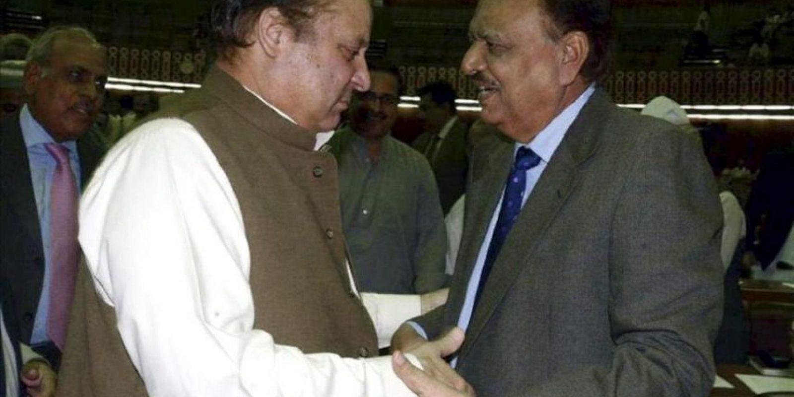 El primer ministro paquistaní, Nawaz Sharif (izda), estrecha la mano del electo presidente Manmún Husein (dcha) en Islamabad (Pakistán). EFE