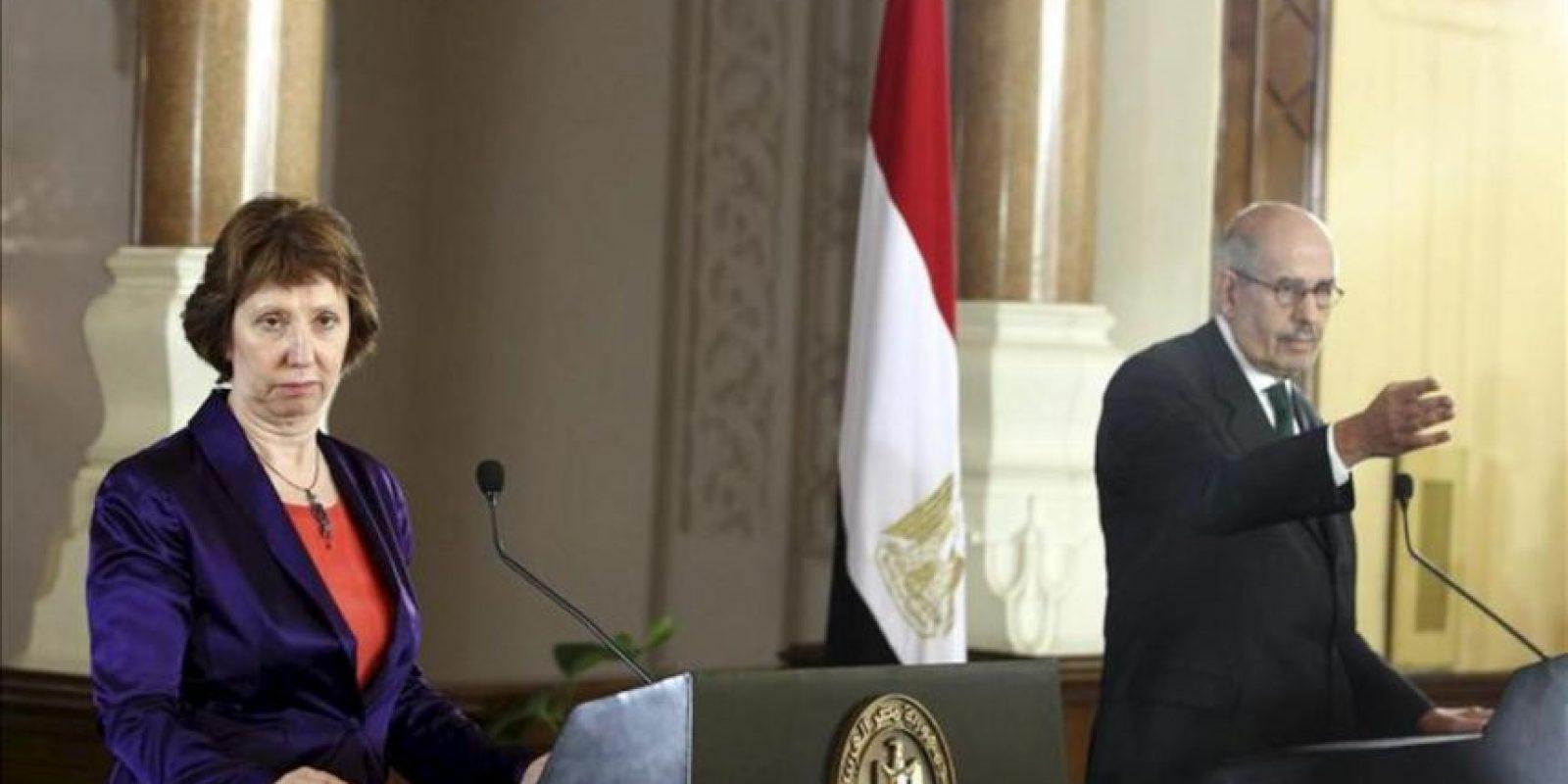 La alta representante de la UE, Catherine Ashton (izq), y el vicepresidente egipcio de Relaciones Exteriores, Mohamed el Baradei, dan una rueda de prensa conjunta en El Cairo (Egipto) hoy, martes 30 de julio de 2013. EFE