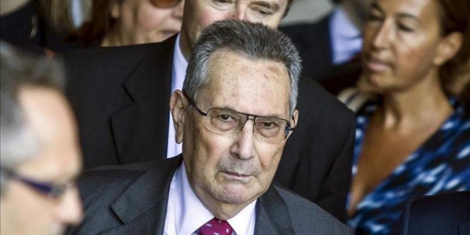 Franco Coppi (c) abogado del ex primer ministro italiano Silvio Berlusconi, a su salida de la corte durante un receso en la sesión del Tribunal Supremo. EFE