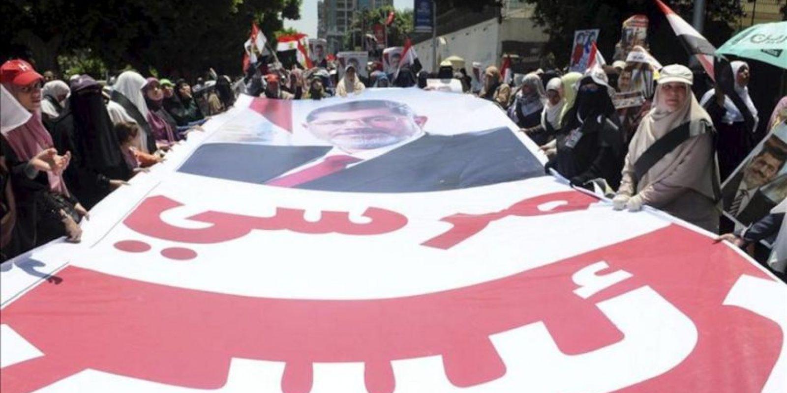 Seguidores del depuesto presidente Mohamed Mursi participan en una protesta para pedir su liberación, cerca de la Universidad de El Cairo en Giza, Egipto, el 30 de julio de 2013. EFE