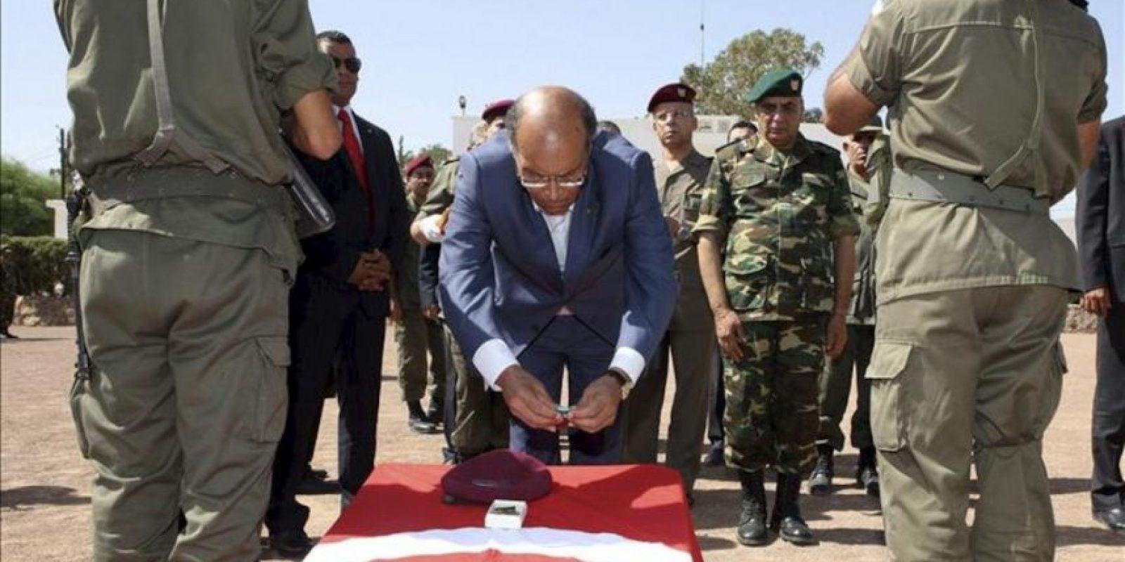 El presidente de Túnez, Moncef Marzouki (c), participa en una ceremonia de conmemoración por el fallecimiento el pasado 29 de julio de ocho militares. EFE