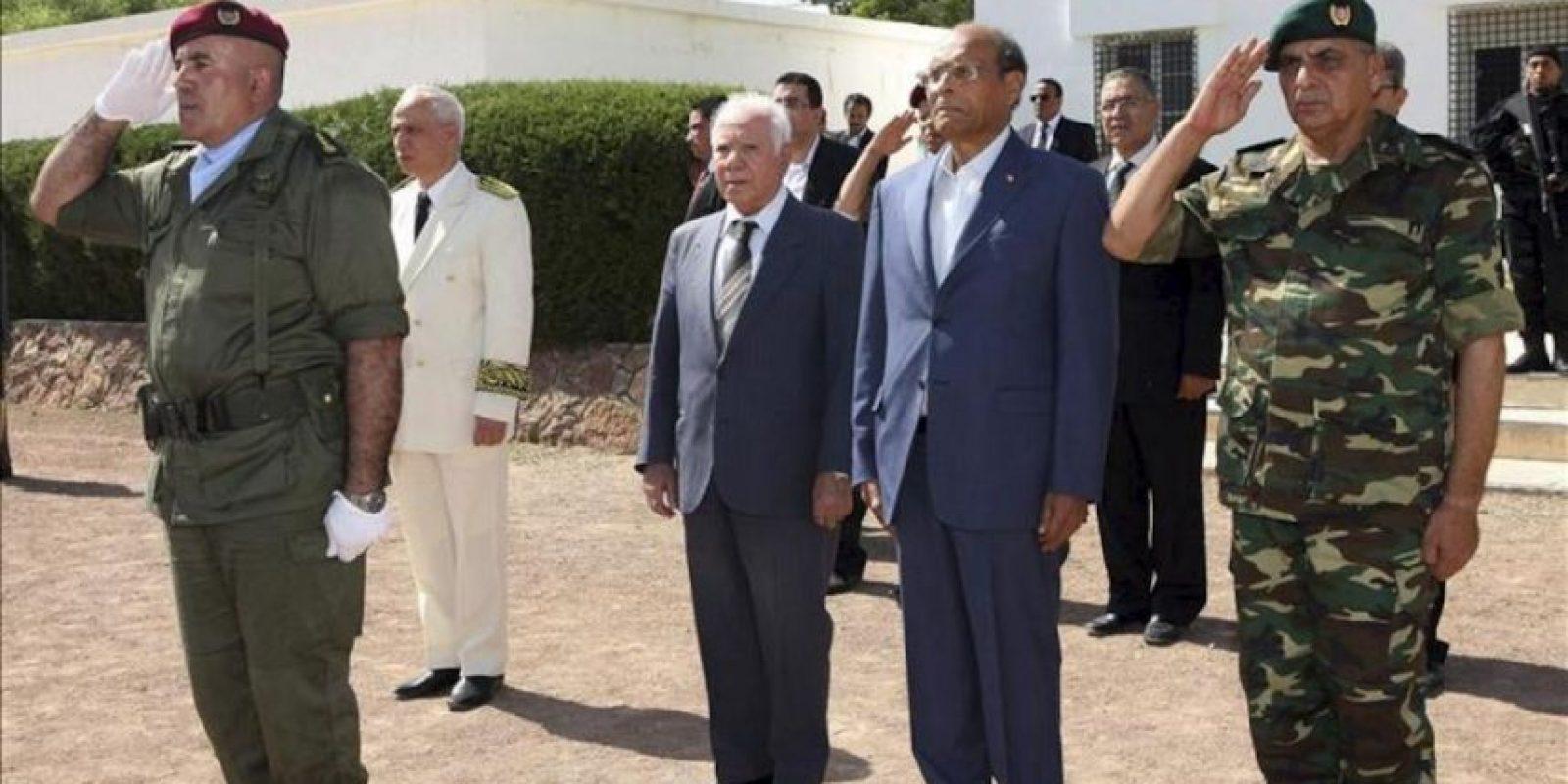 El presidente de Túnez, Moncef Marzouki (2-d), participa en una ceremonia de conmemoración por el fallecimiento el pasado 29 de julio de ocho militares. EFE