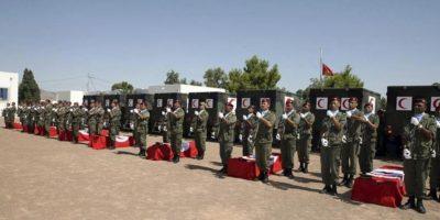 Soldados tunecinos escoltan los cuerpos de sus compañeros caídos, en un funeral en Túnez, Túnez, el 30 de julio de 2013. EFE