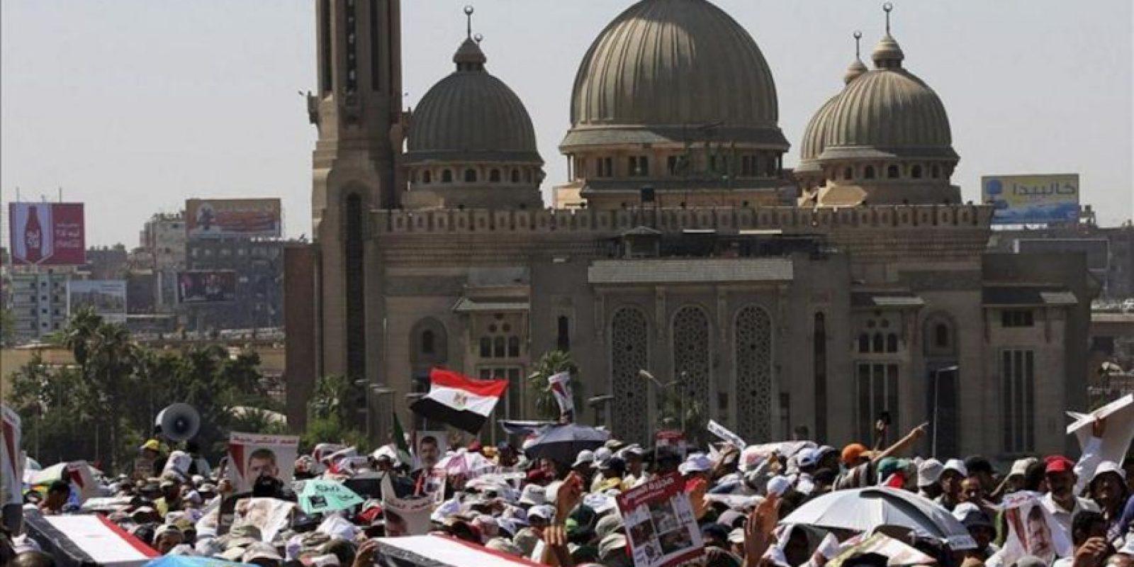 Seguidores del depuesto presidente Mohamed Mursi cargan con los ataúdes con los restos de los muertos tras los enfrentamientos con los opositores del ex presidente durante una manifestación en el puente 6 de octubre en Ramsis, El Cairo, Egipto, el 30 de julio de 2013. EFE