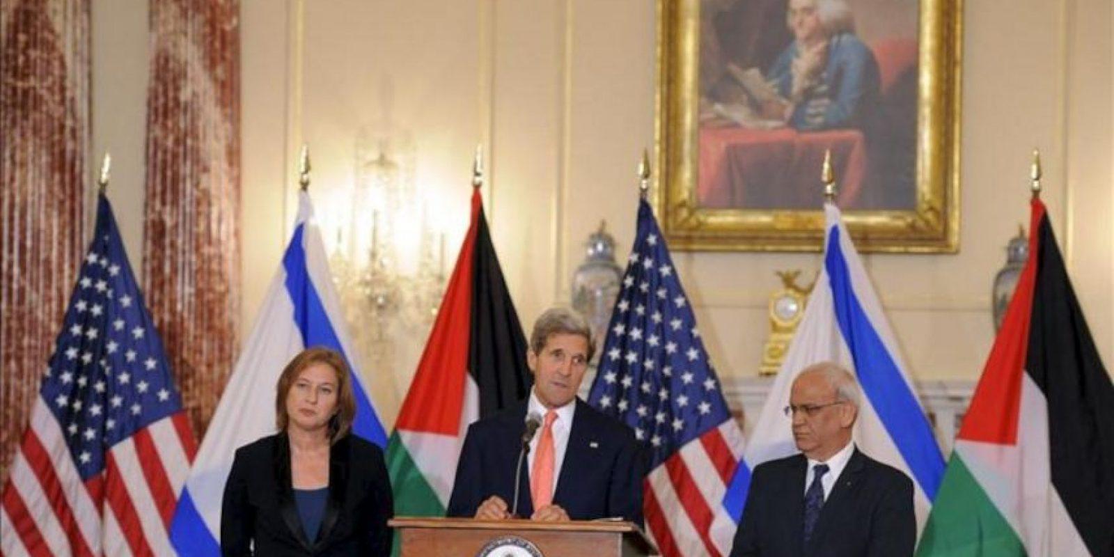 El secretario de Estado de EE.UU., John Kerry (C) habla junto a la ministra de Justicia y jefa negociadora israelí, Tzipi Livni (i), y el negociador de la Autoridad Nacional Palestina (ANP) Saeb Erekat (d), tras la rueda de prensa que han ofrecido después de las reuniones de diálogo entre Israel y Palestina. EFE