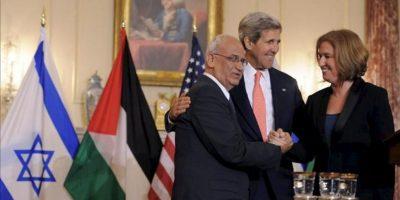 El secretario de Estado de EE.UU., John Kerry (C) sonríe mientras la ministra de Justicia y jefa negociadora israelí, Tzipi Livni (i), saluda al negociador de la Autoridad Nacional Palestina (ANP) Saeb Erekat (i), tras la rueda de prensa que han ofrecido tras las reuniones de diálogo entre Israel y Palestina que se están celebrando en el Departamento de Estado en Washington DC, EE.UU.. EFE