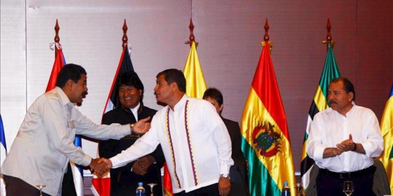 El presidente de Ecuador, Rafael Correa (3-d), el de Bolivia, Evo Morales (2-i), y el de Nicaragua, Daniel Ortega (d), y el de Venezuela, Nicolás Maduro (i), hablan durante la inauguración de la XII cumbre de la Alianza Bolivariana para los pueblos de nuestra América (ALBA), que se celebra en Guayaquil (Ecuador). EFE