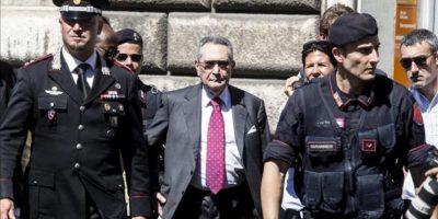 Franco Coppi (c) abogado del ex primer ministro italiano Silvio Berlusconi, a su salida de la corte del Tribunal Supremo. EFE