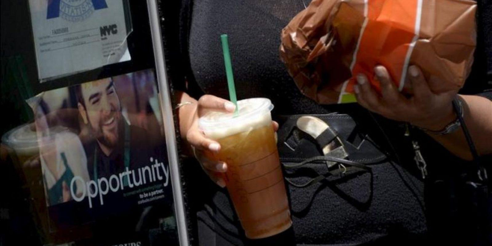 Una mujer sostiene este martes una bebida de tamaño gigante por las calles de Nueva York, Estados Unidos. EFE