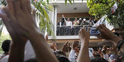 Sam Rainsy (c), líder del opositor Partido Camboyano Nacional de Rescate, saluda a sus seguidores en las instalaciones de la colectividad en Phnom Penh (Camboya). EFE