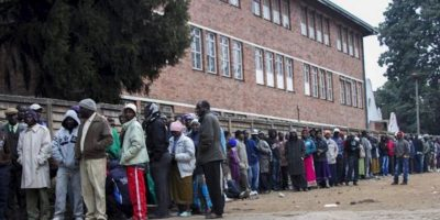 Un grupo de residentes del distrito de Mbare hacen cola para ejercer su derecho al voto en las elecciones presidenciales, en la ciudad de Harare (Zimbabue). EFE