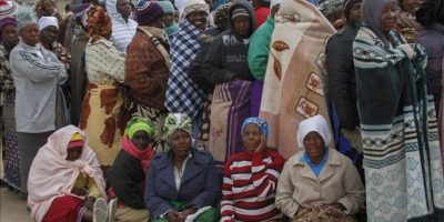 Un grupo de residentes de Hopley Farm hacen cola para ejercer su derecho al voto en las elecciones presidenciales hoy, en la ciudad de Harare (Zimbabue). EFE