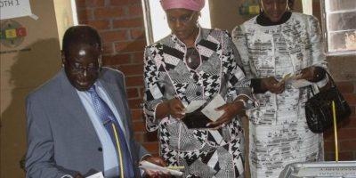 El presidente de Zimbabue, Robert Mugabe (i), ejerce su derecho al voto junto a su familia en las elecciones presidenciales hoy, en la ciudad de Harare (Zimbabue). EFE