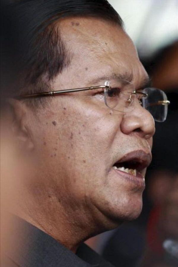 El primer ministro camboyano, Hun Sen, se dirige a los medios de comunicación durante su visita a unas obras en Phnom Penh (Camboya). La oposición camboyana reclama la victoria en las elecciones generales del domingo. EFE