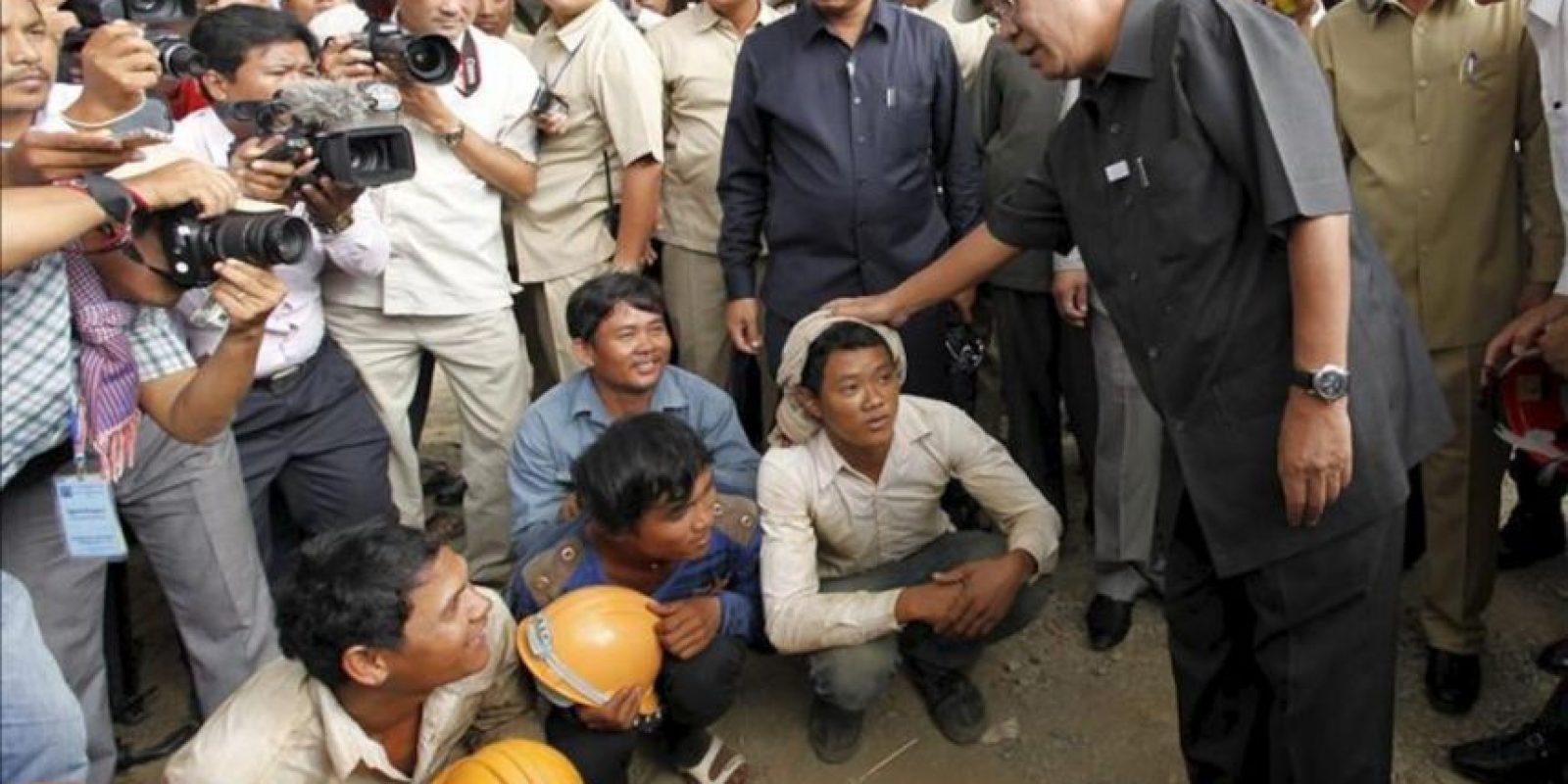 El primer ministro camboyano, Hun Sen (dcha), visita unas obras en Phnom Penh (Camboya). EFE
