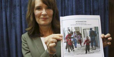 La directora de Derechos Humanos de la ONU para Afganistán, Georgette Gagnon, muestra un ejemplar del informe del primer semestre de 2013 de la misión afgana de la ONU (UNAMA) durante una rueda de prensa en Kabul, Afganistán, hoy, miércoles 31 de julio de 2013. EFE